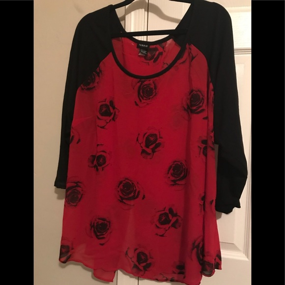 5adab40db4303 Torrid red rose blouse plus size. M 5b73a416f3036926eaeea018